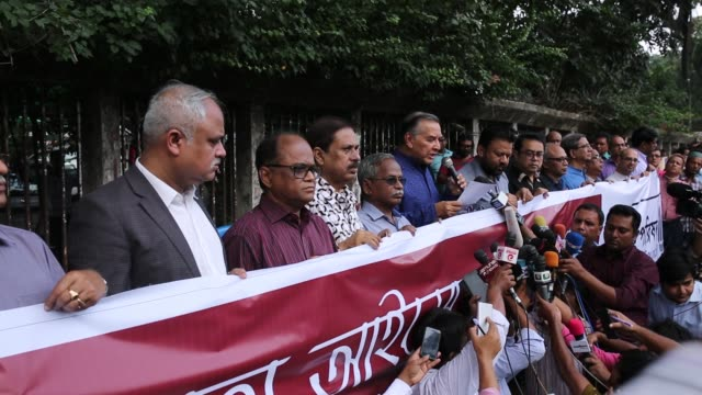 The Editors' Council forms a human chain in front of National Press Club to press for proper amendments to nine sections of the Digital Security in...