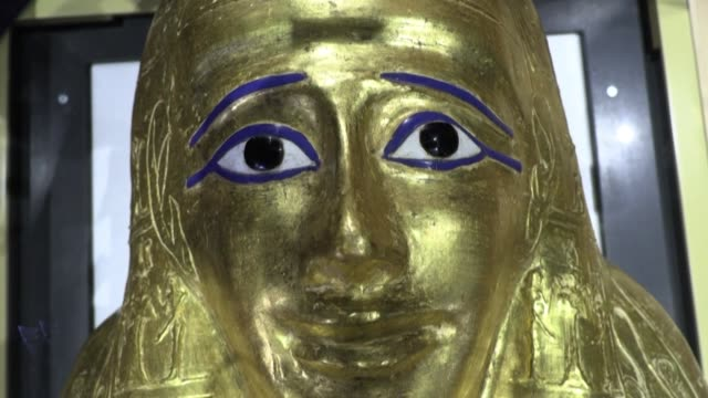 the egyptian supreme council of antiquities unveils the golden coffin of priest nedjemankh which dates back to the ptolemaic period following its... - arte dell'antichità video stock e b–roll