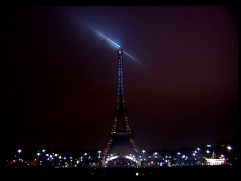the eiffel tower in paris rang in the new year with a spectacular light and music show to mark its 120th birthday paris france - 2009 bildbanksvideor och videomaterial från bakom kulisserna
