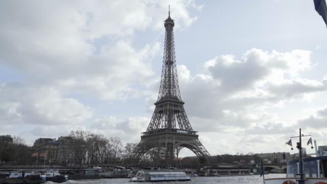 the eiffel tower paris in winter and the river seine - ポンヌフ点の映像素材/bロール