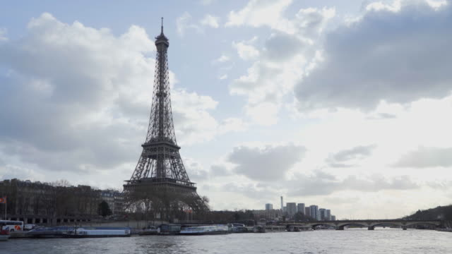the eiffel tower paris in winter and the river seine - セーヌ川点の映像素材/bロール
