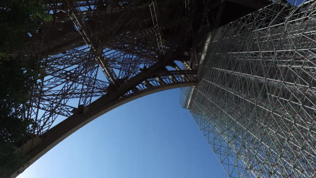 stockvideo's en b-roll-footage met the eiffel tower reopens to the public on june 25, 2020 in paris, france. people line up to climb the eiffel tower. - stadsreis
