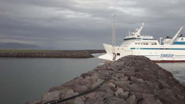 the eimskip ferry approaching the harbour landeyjahofn, iceland - フェリーターミナル点の映像素材/bロール