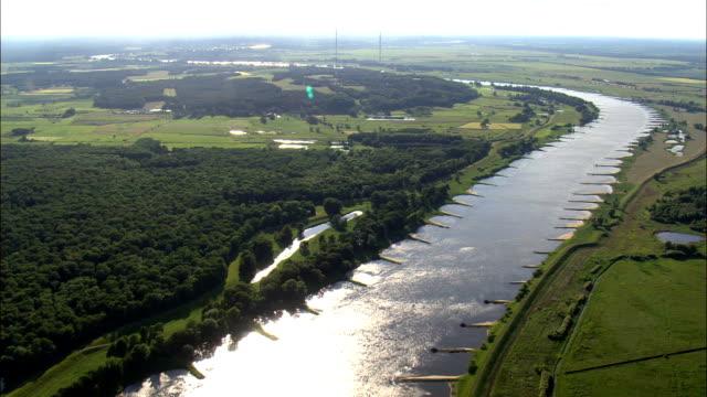 vídeos de stock, filmes e b-roll de o rio elba perto schnackenburg - vista aérea - baixa saxônia, alemanha - rio elbe