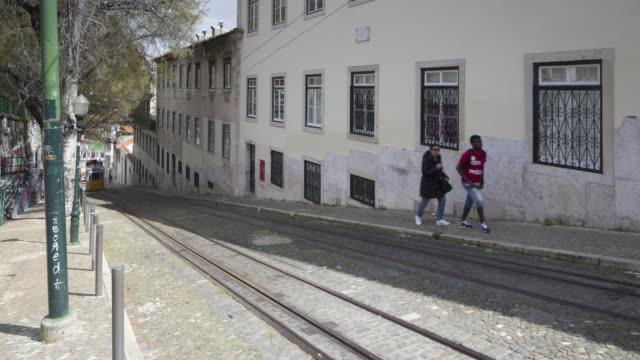 vídeos y material grabado en eventos de stock de the elevador da gloria in lisbon, portugal. - tranvía