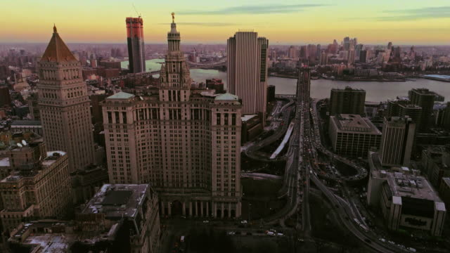 stockvideo's en b-roll-footage met de verhoogde panoramisch twilight weergave van manhattan centrum, new york city. verticale beweging van de camera van onderen omhoog - town hall
