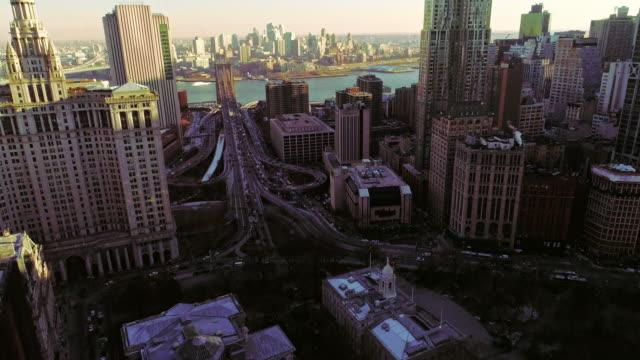 stockvideo's en b-roll-footage met de verhoogde panoramisch uitzicht van manhattan centrum, new york city. verticale panoramisch beweging van de camera van onderen omhoog - wall street lower manhattan
