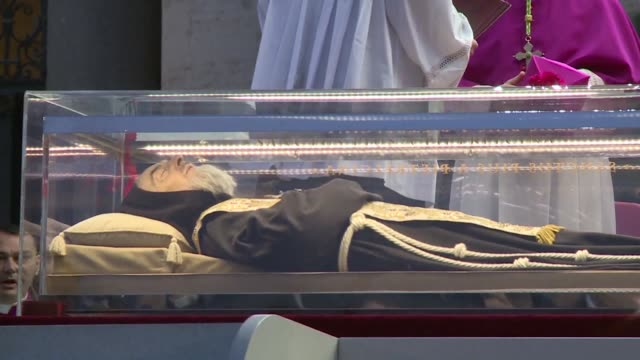 the embalmed corpses of two catholic saints including that of the venerated italian friar padre pio went on display in st peter's basilica on friday... - mumifierad bildbanksvideor och videomaterial från bakom kulisserna