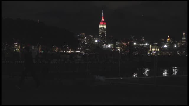 vídeos y material grabado en eventos de stock de the empire state building is illuminated in red and white colors for the 95th anniversary of the republic of turkey day in new york, united states on... - empire state building