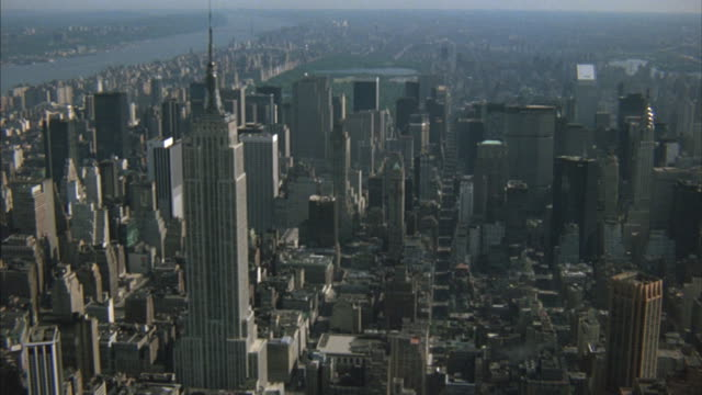 stockvideo's en b-roll-footage met the empire state building, pan am building, and central park are highlights in a view of manhattan. - metlife building