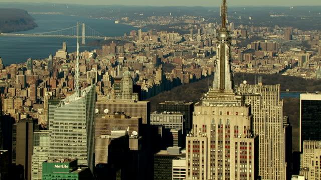 the empire state building towers above downtown manhattan. - empire state building bildbanksvideor och videomaterial från bakom kulisserna