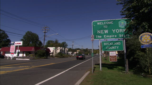 welcome to new york the empire state sign - welcome sign stock videos & royalty-free footage
