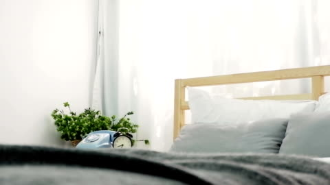 vídeos y material grabado en eventos de stock de las habitaciones vacías con cama, teléfono, reloj de estilo slider. - realidad aumentada espacial
