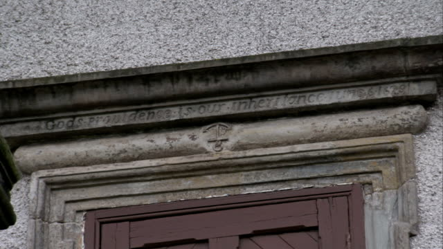 vídeos y material grabado en eventos de stock de the engraving, god's providence is our inheritance, decorates the lintel of the burntisland parish church in scotland. available in hd. - arquitrabe