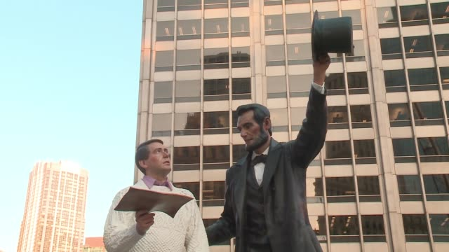 wgn the enormous lifelike sculpture return visit by artist seward johnson depicts abraham lincoln discussing the gettysburg address with what's... - エイブラハム・リンカーン点の映像素材/bロール