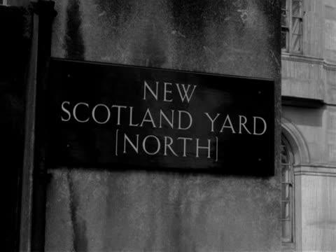 the entrance to new scotland yard 1958 - ロンドン ホワイトホール点の映像素材/bロール