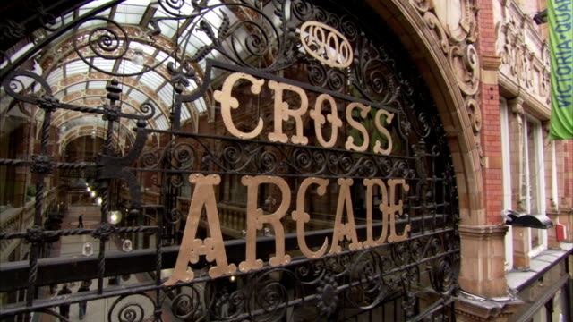 stockvideo's en b-roll-footage met the entrance to the cross arcade in leeds displays intricate wrought iron scrolling. available in hd. - scrollen