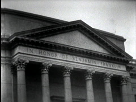 vídeos de stock e filmes b-roll de the entrance to the franklin institute bears the inscription in honor of benjamin franklin - benjamin franklin