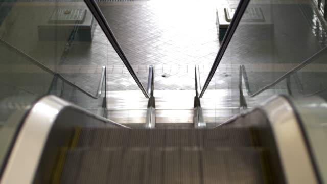 stockvideo's en b-roll-footage met de roltrap in het treinstation is leeg wanneer er een noodsituatie optreedt in bangkok. - absentie