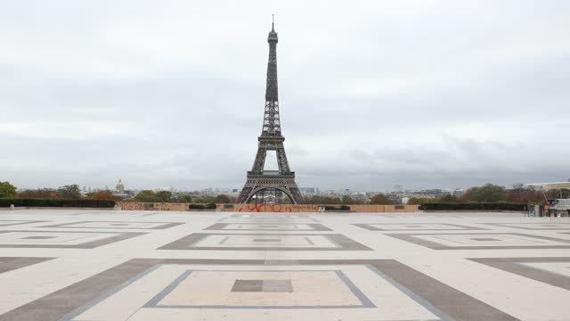vídeos de stock, filmes e b-roll de the esplanade of the trocadero with its eiffel tower is completely deserted on the first day of the new covid-19 lockdown, on october 30, 2020 in... - câmara parada