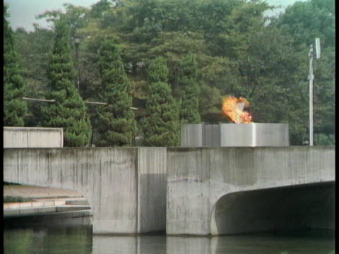 the eternal flame burns in the peace park in hiroshima. - (war or terrorism or election or government or illness or news event or speech or politics or politician or conflict or military or extreme weather or business or economy) and not usa点の映像素材/bロール
