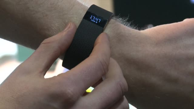 vídeos de stock e filmes b-roll de the european competition commission opens an investigation into google's acquisition of fitbit in order to determine how the health data collected by... - computador utilizável como acessório