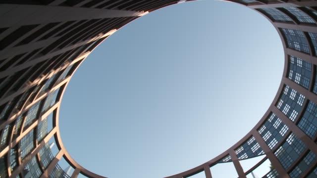 vídeos de stock e filmes b-roll de the european parliament strasbourg reveals the sky in strasbourg, france. - estrasburgo