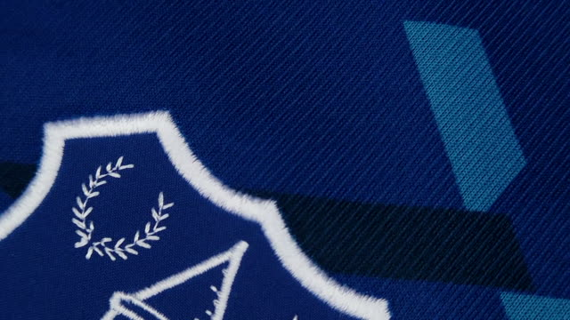 vidéos et rushes de the everton fc club crest on their shirt on may 18, 2020 in manchester, england. - everton
