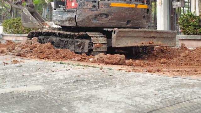 掘削機は古い建物、水道の解決を取り壊す - 土木技師点の映像素材/bロール