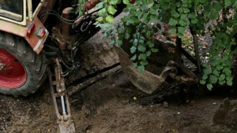 vídeos y material grabado en eventos de stock de el excavador deja el sitio de construcción. - cucharón