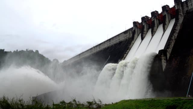 överkapacitet av dammen tills våren-sätt flödar över. - damm stillastående vatten bildbanksvideor och videomaterial från bakom kulisserna