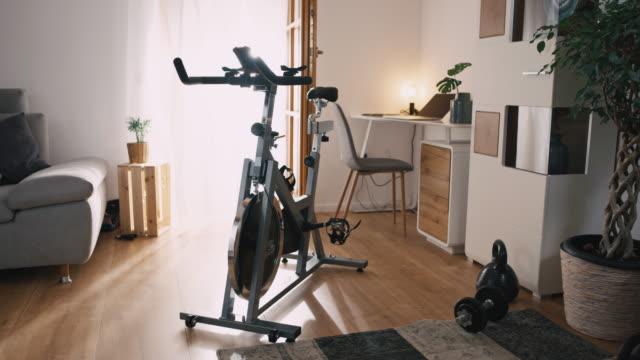 vídeos de stock, filmes e b-roll de slo mo a bicicleta de exercício em casa - equipamento para exercícios