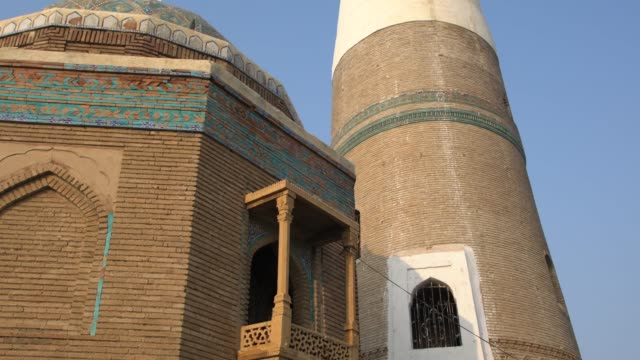 the exterior of the minaret of ali abuzar, the most conspicuous structure of sukkur town in pakistan - shi'ite islam stock videos & royalty-free footage