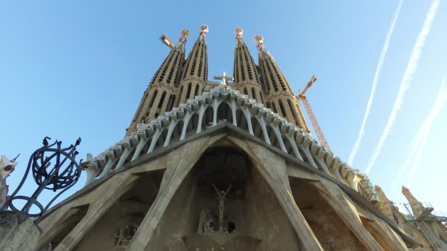 the exterior of the sagrada familia in barcelona. - sagrada familia stock-videos und b-roll-filmmaterial