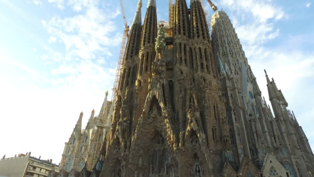 the exterior of the sagrada familia in barcelona. - barcelona stock-videos und b-roll-filmmaterial