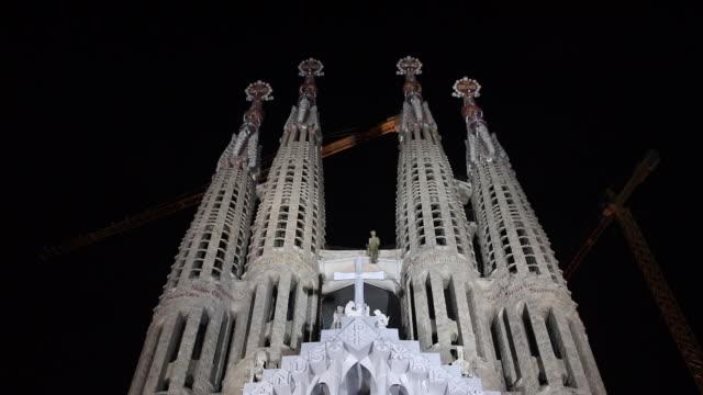 the exterior of the sagrada familia in barcelona. - tornspira bildbanksvideor och videomaterial från bakom kulisserna