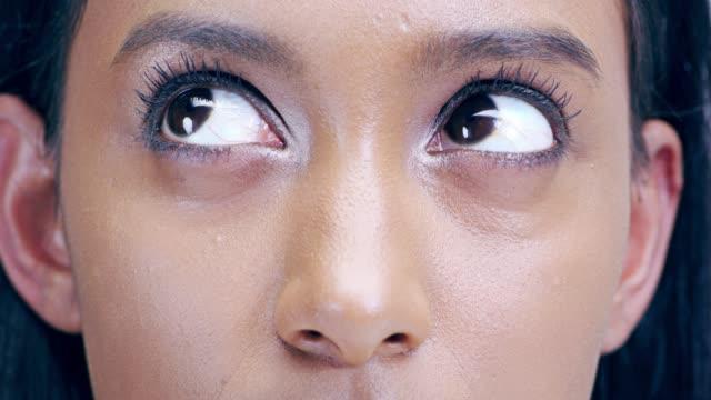 vídeos y material grabado en eventos de stock de los ojos pueden mantener muchos secretos - mirar hacia arriba