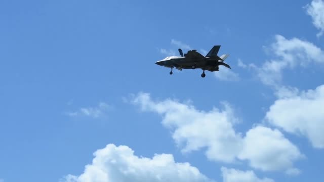 vídeos de stock e filmes b-roll de the f-35b lightning ii aircraft arrived at u.s. central command on macdill air force base, fla., april 4, 2018. the purpose of the two-day visit was... - ministério da defesa dos estados unidos
