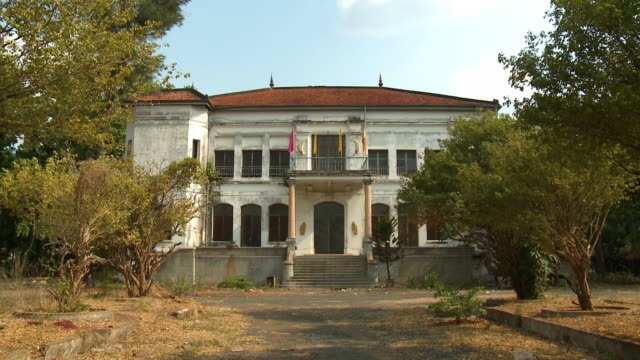 the facade and driveway of a buddhist building - architrav stock-videos und b-roll-filmmaterial