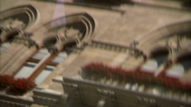 the facade of vienna rathaus is reflected in a car windscreen. available in hd. - rathaus video stock e b–roll