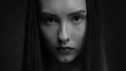 vídeos de stock, filmes e b-roll de o rosto de uma linda garota com batom e marcador. faça as primeiras para cima. - sobrancelha