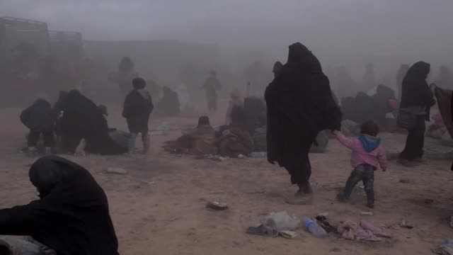 the families of islamic state fighters surrendering to kurdish forces in baghuz syria - kurdischer abstammung stock-videos und b-roll-filmmaterial