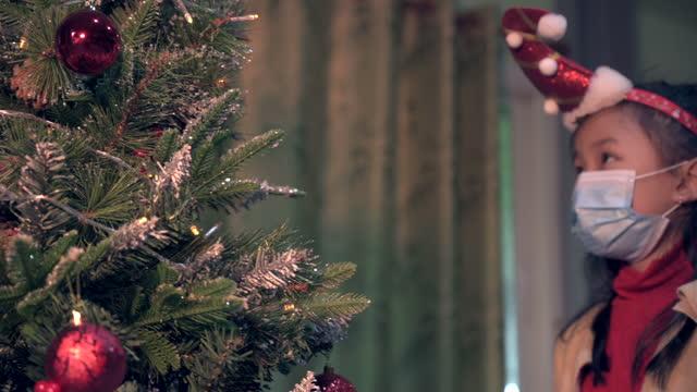 vídeos de stock, filmes e b-roll de the family celebrating christmas during covid19 situation - idoso na internet