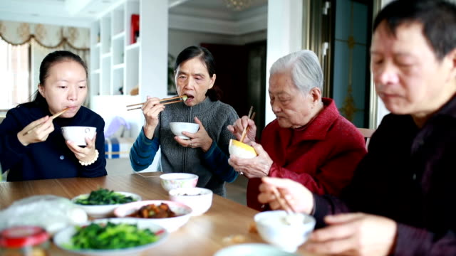 stockvideo's en b-roll-footage met de familie is samen na de lunch. - chinese cultuur