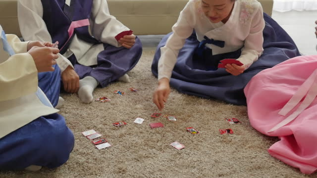 vídeos de stock e filmes b-roll de the family play a game of hwatu (korean card game) on new year's day - korean new year