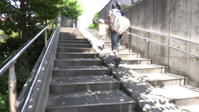vídeos de stock e filmes b-roll de the family who takes a walk - degraus e escadas