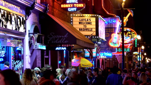 vídeos de stock e filmes b-roll de the famous beale street with neon signs of bars and pubs in memphis, tennessee - tennessee