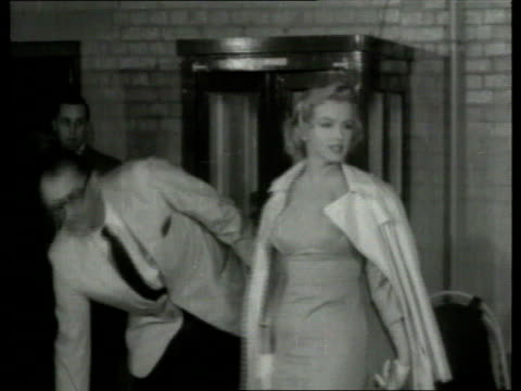 stockvideo's en b-roll-footage met the famous faces collection tx marilyn monroe arthur miller laurence olivier vivian leigh london american actress marilyn monroe down steps of plane... - marilyn monroe