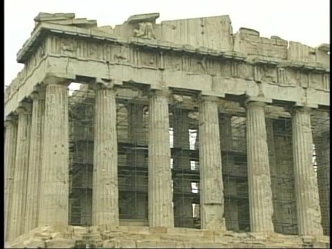 vídeos de stock e filmes b-roll de the famous parthenon shows cracks and damage requiring restoration. - frontão triangular