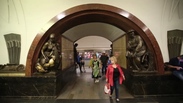 the famous sculpture of the frontier guard and his dog stands in the ploshchad revolyutsii underground metro station in moscow, russia, on monday,... - metropolitana video stock e b–roll